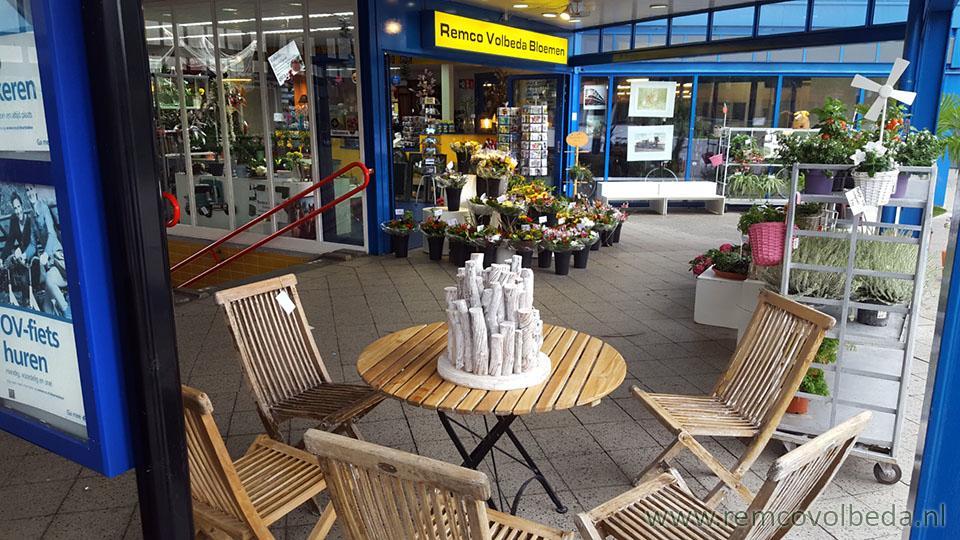 Te Koop Tafel : Remco volbeda bloemen tafels en stoelen te koop bij ns station
